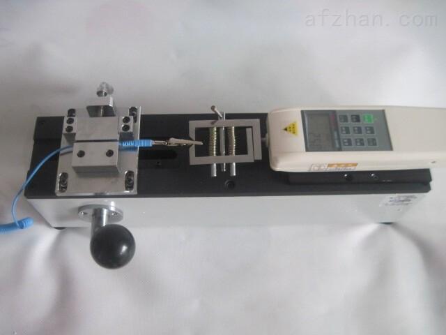 检测线束接线端子拉脱力测试仪器产品说明: ADL端子拉力测试仪是我公司针对线束及电子行业研制开发的一种检测设备,专用于检测各种线束接线端子的拉脱力。可配置NK、HF推拉力计和专用夹具,本仪器具有设备小巧、控制准确、测量精度高、试件装夹方便、操作简单等特点,是线束生产厂家确保产品质量的理想设备。 检测线束接线端子拉脱力测试仪器特点: 卧式安装。 手动操作,操作简单稳定。 可将本机台安装于桌(台)上使用,使机架更加稳固。 长×宽×高:450mm×260mm×16