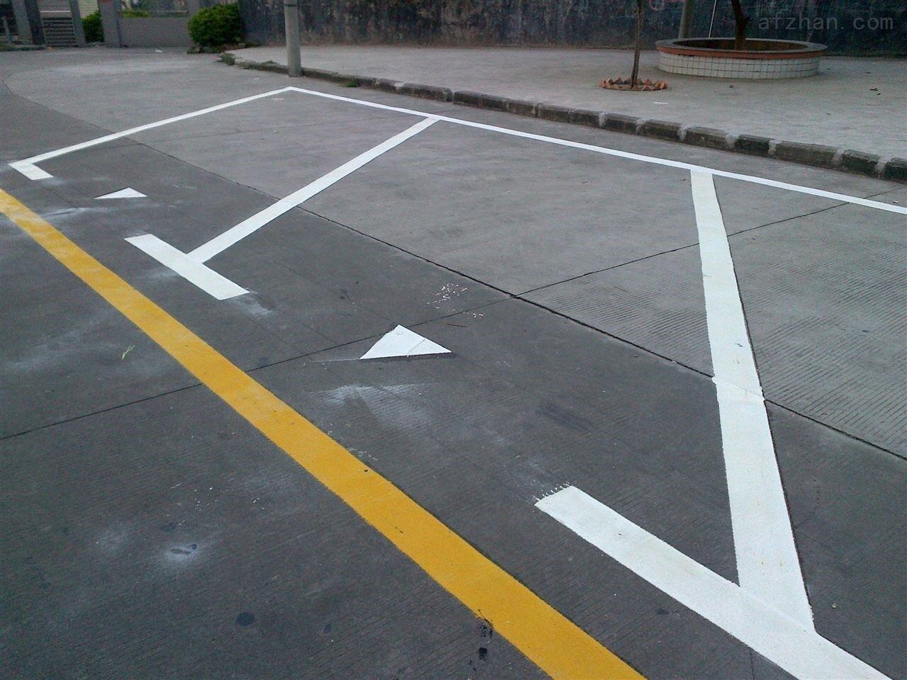 ch 毕节地区道路标志牌安装与设计工厂供应凯里小区停车场车位划线