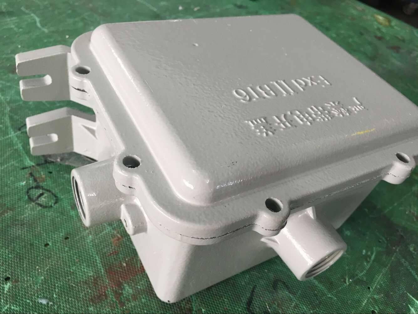 广东防爆灯镇流器BAZ产品特点 壳体采用铝合金压铸成型,表面高压静电喷塑。 可按要求加装补偿电容,补偿后功率因数cos≥0.85 可直接吊装灯具,便于安装维护。 钢管或电缆布线均可。 订货须知 按产品型号说明逐条选择,例:高压钠灯400W镇流器,则型号为BAZ51-N400。 BAZ系列防爆镇流器,建议用户使用上海亚明,飞利浦光源与BdH系列防爆镇流器配套使用。 如需要C级、增安型镇流器请注明。 广东防爆灯镇流器BAZ技术参数 执行标准:GB3836.
